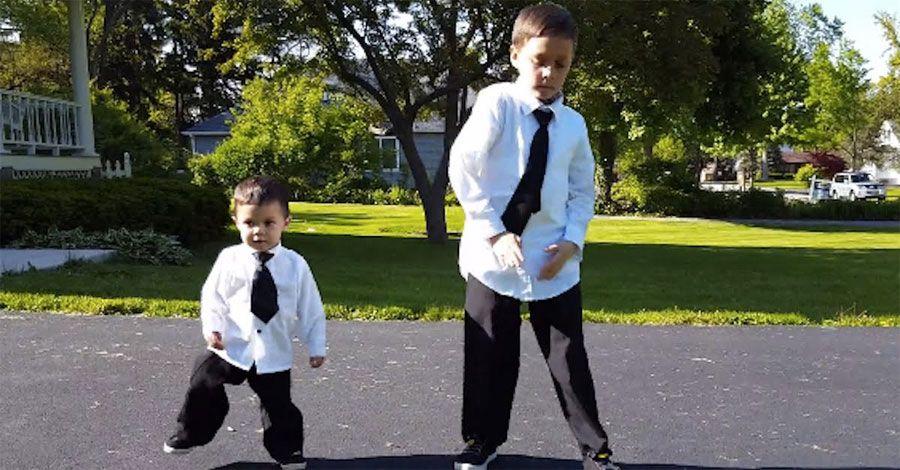 Papá comienza a grabar a sus hijos mientras bailan. ATENCIÓN a lo que hace el pequeño #viral