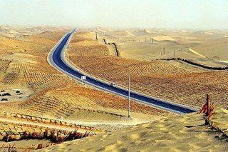 Зеленая кайма самого длинного в мире шоссе через пустыню.