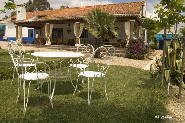 Monte do Sobral, www.montesobral.upps.eu, Monte do Sobral befindet sich im Herzen des Alentejo - Portugal. Es verfügt über 14 Appartements mit rustikaler Einrichtung: Holzdecken, Kamin, Kuhfell Teppiche und andere traditionelle Materialien. Jedes Apartment verfügt über einen geräumigen Wohnbereich mit einem Sofa. Alle sind klimatisiert und verfügen über ein eigenes Bad.