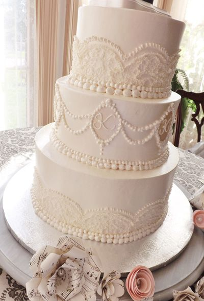 Antique And Vintage Wedding Cake With Buttercream Pearl Beading And Buttercream Lace Details Polish Wedding Cakes Vintage Vintage Cake Beautiful Wedding Cakes
