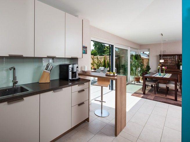 k che mit kleiner essecke und schlichten eleganten wei en fronten viel licht scheint durch die. Black Bedroom Furniture Sets. Home Design Ideas