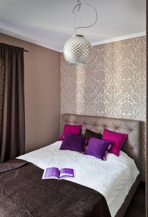 schlafzimmer ideen gestaltung farben beige braun tapete damask muster lila kissen - Schlafzimmer Ideen Beige