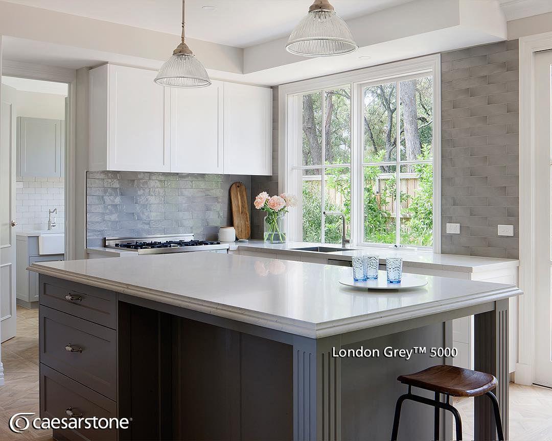 La superficie london grey como la de esta isla embellece a for Superficie cocina