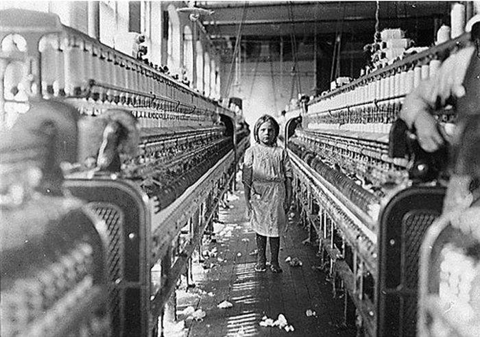"""Les Délices de M. Ogre...: janvier 2010  Une petite fileuse dans l'usine Mollahan, à Newberry, en Caroline du sud (États-Unis). Elle s'occupait de sa machine comme une ouviere expérimentée, mais après que la photo a été prise, le contremaitre est venu et a dit sur un ton d'excuses qui était pitoyable """"elle est là par hasard"""". Les usines de la région semblent pleines de jeunes enfants qui """"sont là par hasard"""" ou """"aident une sœur"""". 03 décembre 1908. Témoin : Sara R Hine."""