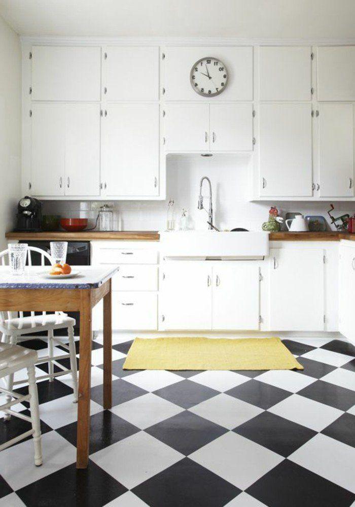 Carrelage Damier Noir Et Blanc, Placards De Cuisine Blancs Et Table En Bois  Avec Chaises