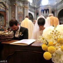 Sposi all'ingresso in chiesa... primo piano bouquet   Wedding designer & planner Monia Re - www.moniare.com   Organizzazione e pianificazione Kairòs Eventi -www.kairoseventi.it