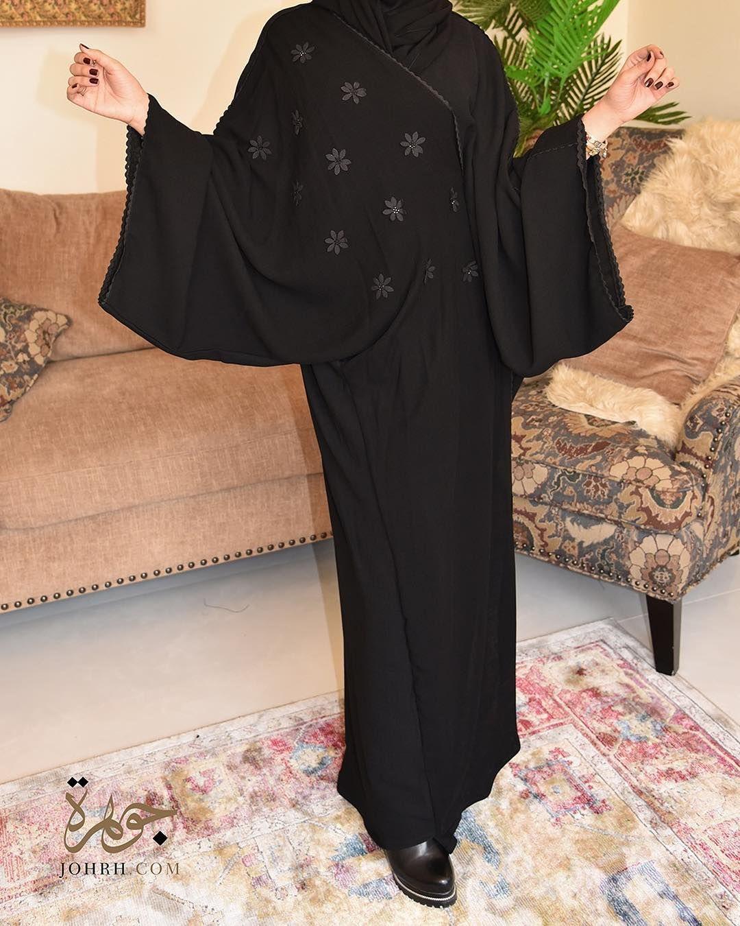 عباية تجمع بين ميزتي الراحة والأنوثة بقصة إماراتية واسعة ومريحة والمزينة بلمسة الورود المرصع بالكرستال ليضفي إليها أنوثة ب In 2020 Abayas Fashion Abaya Fashion Fashion