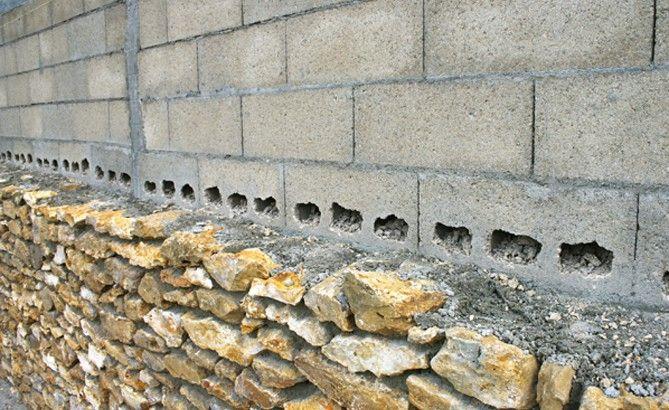 tous les deux rangs les blocs b ton sont perfor s pour solidariser les pierres avec le mur. Black Bedroom Furniture Sets. Home Design Ideas