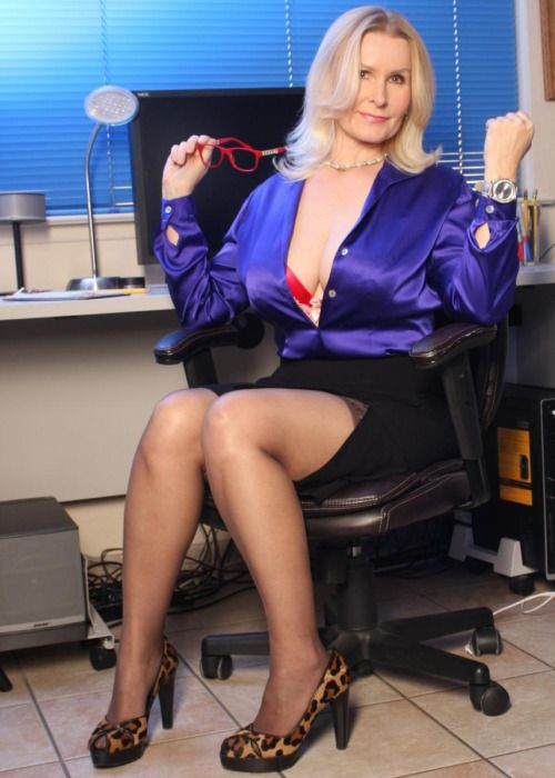 Old librarian anal up skirt