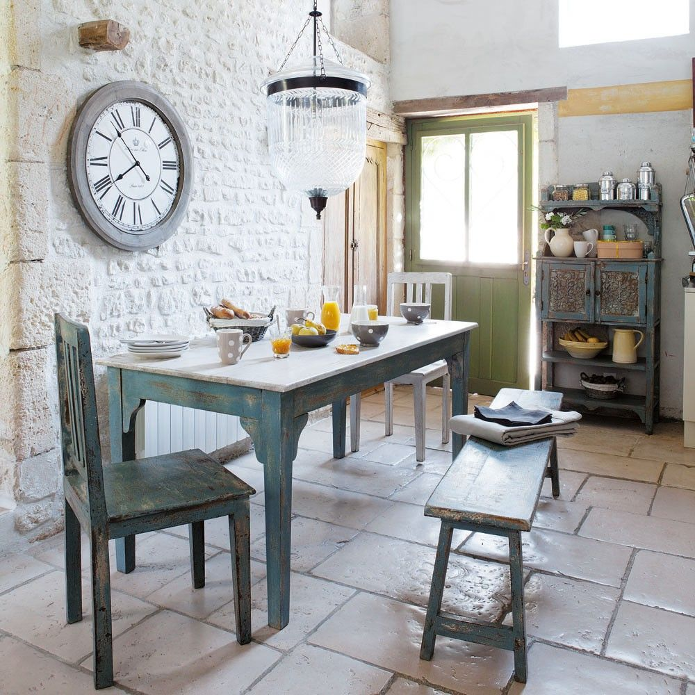 Rustic french country dining room - A Dining Room With An Old Fashioned Style