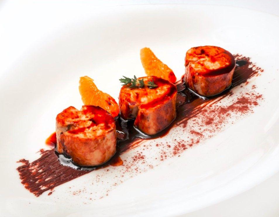 En el menú gastronómico del restaurante Celebris podrás degustar este delicioso plato: Pintada glaseada con mandarina y crema de cacao. Apetece, ¿verdad?