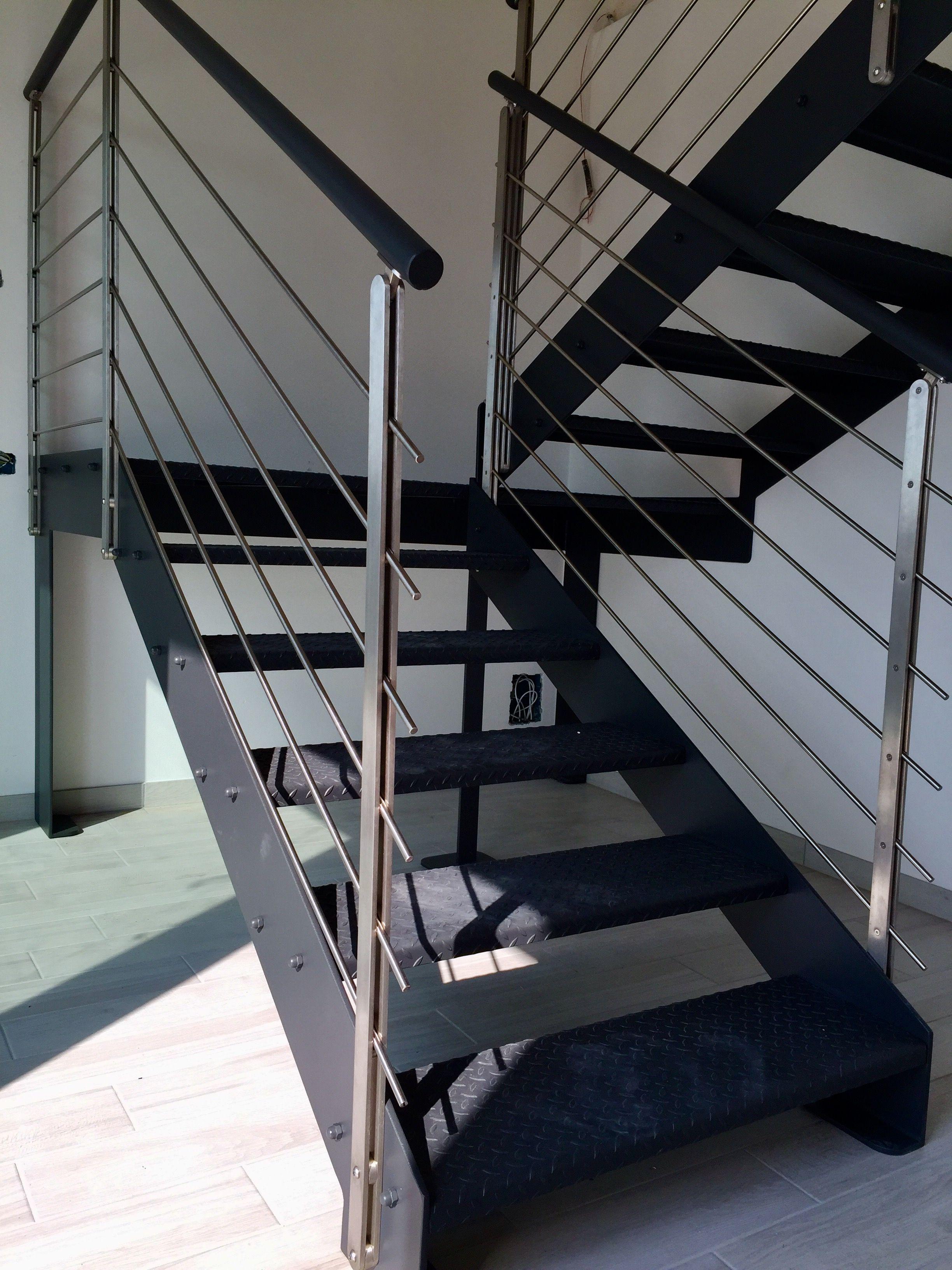 Scala interna in ferro con parapetto in acciaio inox e scalini in lamiera mandorlata zigrinata - Scale di ferro ...