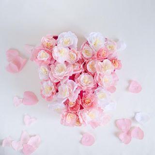 Wir sind von Kopf bis Fuß auf Liebe eingestellt! Die DIY-Anleitung für dieses Papierblumen-Herz findet ihr aktuell am Blog. #peonielove