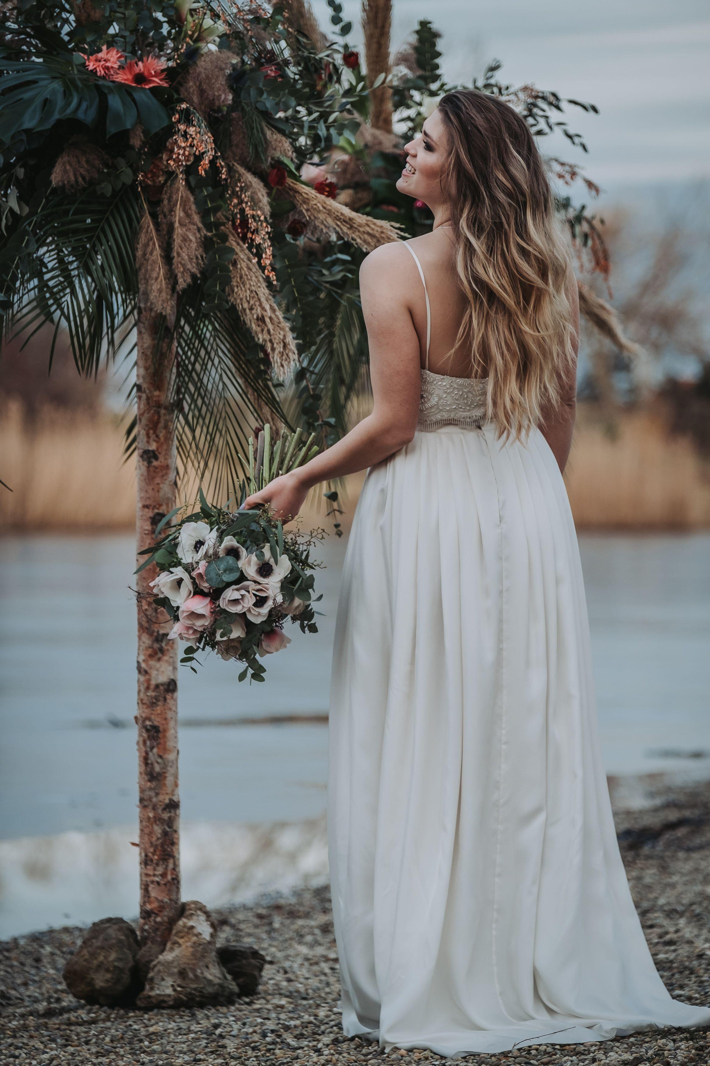 15-teiliges Brautkleid mit perlenbestickter Spitze, Rock aus Seide