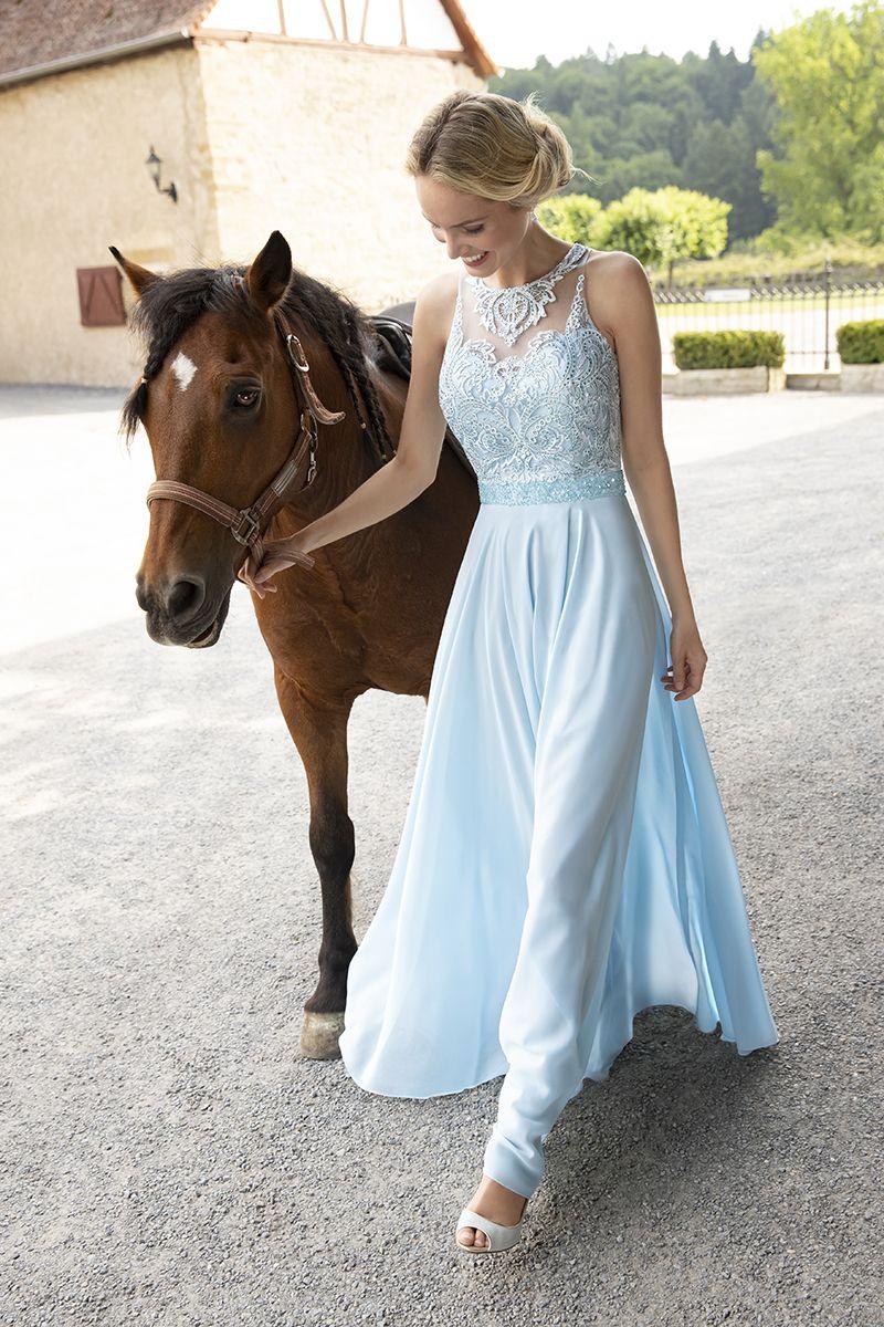 Märchenhaftes Abendkleid in einem wunderschönen Eisblau ...