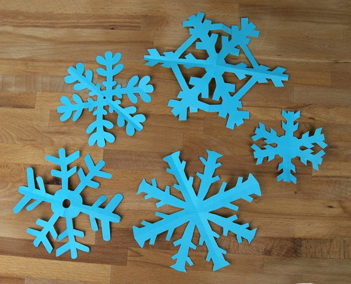 Weihnachtsdeko mit Schneeflocken häkeln blau fensterdeko girlande