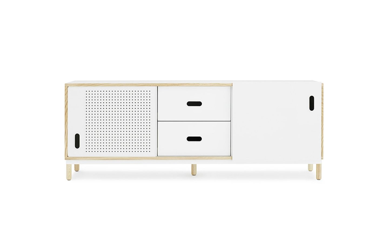Model: Kabino sideboard w. drawers white - Ontwerper: Simon Legald - Merk: Normann Copenhagen - Herkomst: Denemarken - Materiaal: MDF, Essenhout, staal en aluminium - Prijs: € 1010,-