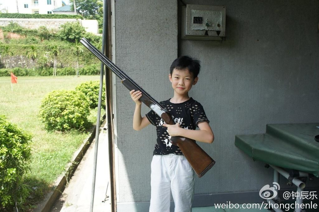 There S So Many Photos Of Chenle Holding Guns When He Was Little Nct Chenle Nct Dream Chenle Nct