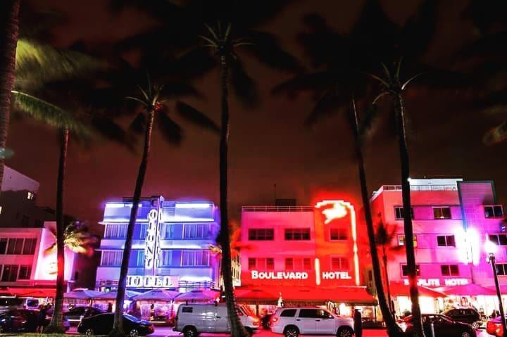 Magari #oceandrive di giorno può sembrare una via insignificante con qualche albergo e qualche bar, ma di notte la strada cambia pelle, si accendono le luci, si alza la musica ed esce il popolo dei nottambuli con le loro fuoriserie. La via assume una nuova vita, una vita che fa di Ocean Drive una delle strade più famose di #Miami ma anche di tutto il mondo  #florida #travel #viaggiare #USA #viaggi #instalike #instago #instagram #instagramhub #instapic #instapicture #instagood #insta #picture #pi #magariungiorno