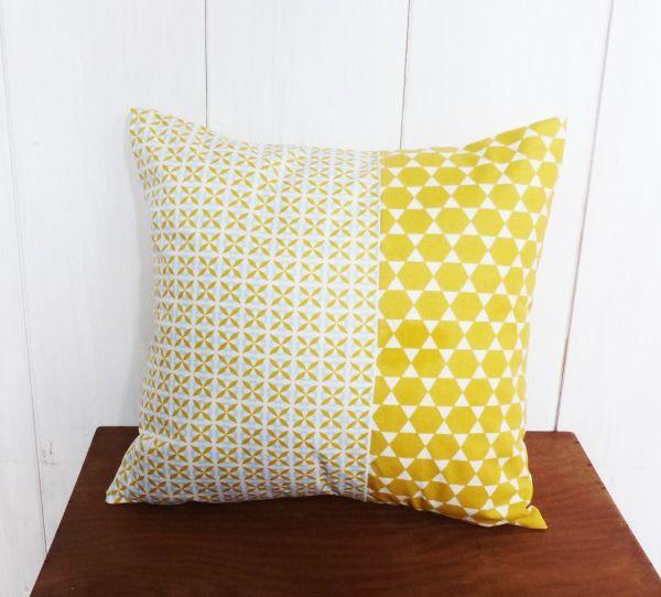 housse de coussin 40 x 40 cm patchwork tissus motifs g om triques jaune et bleu ciel textiles. Black Bedroom Furniture Sets. Home Design Ideas