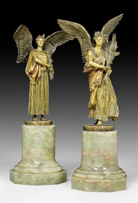 GEROME, J.L. (Jean Léon Gérôme, 1824-1904), Frankreich um 1900. Bronze golden patiniert und hellgrüner Marmor. 2 unterschiedliche Viktorienfiguren in faltenreichen Gewändern, mit grossen Flügeln und Palmen- bzw. Lorbeerzweigen im Arm, auf Zylindersockel mit achteckiger Platte. Sign. J.L. GEROME. Giesserstempel SIOT PARIS. H 41 bzw. 38 cm.