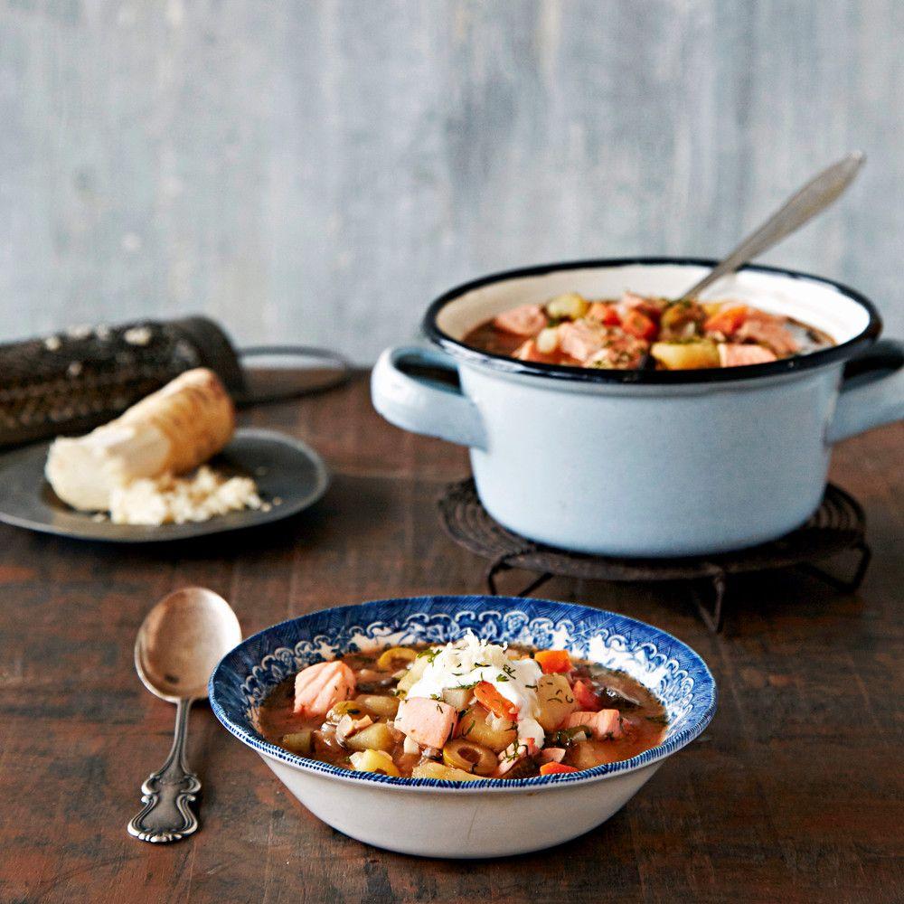 Seljanka on venäläisen keittiön klassikko.Tämä lohiseljanka tarjotaan piparjuuri-ranskankerman tai smetanan kanssa.