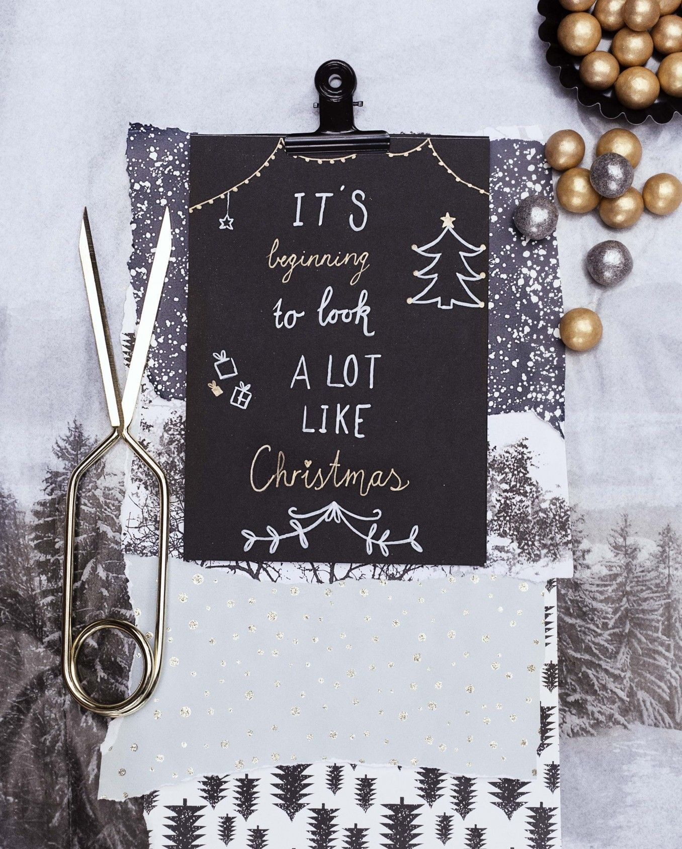 Zonder echte boom en met diepblauw in plaats van traditioneel rood-groen gaan we dit jaar voor een diepblauwe Kerst Minstens zo gezellig, nóg magischer.