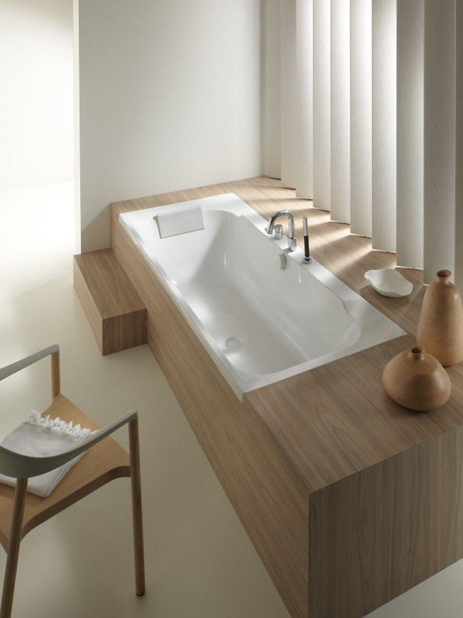 Baignoire rectangulaire en acrylique avec une d�coration bois