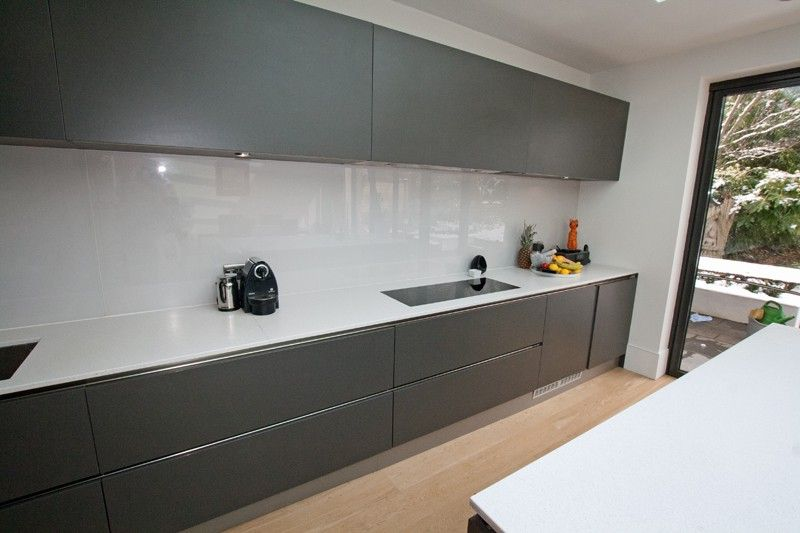 Handleless Matt Grey Kitchen With White Worktop Cocinas - Matt grey kitchen doors