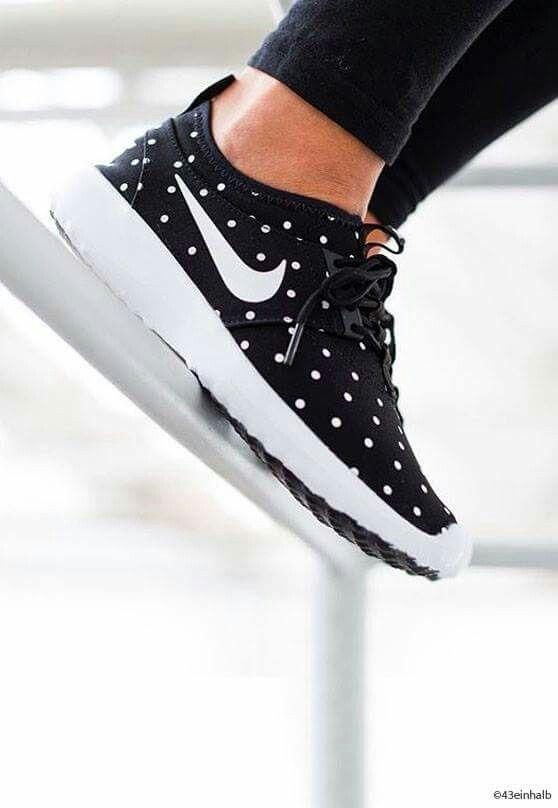 pas mal 59e68 54e00 Nike à pois | Pin into closet | Nike shoes, Running shoes ...