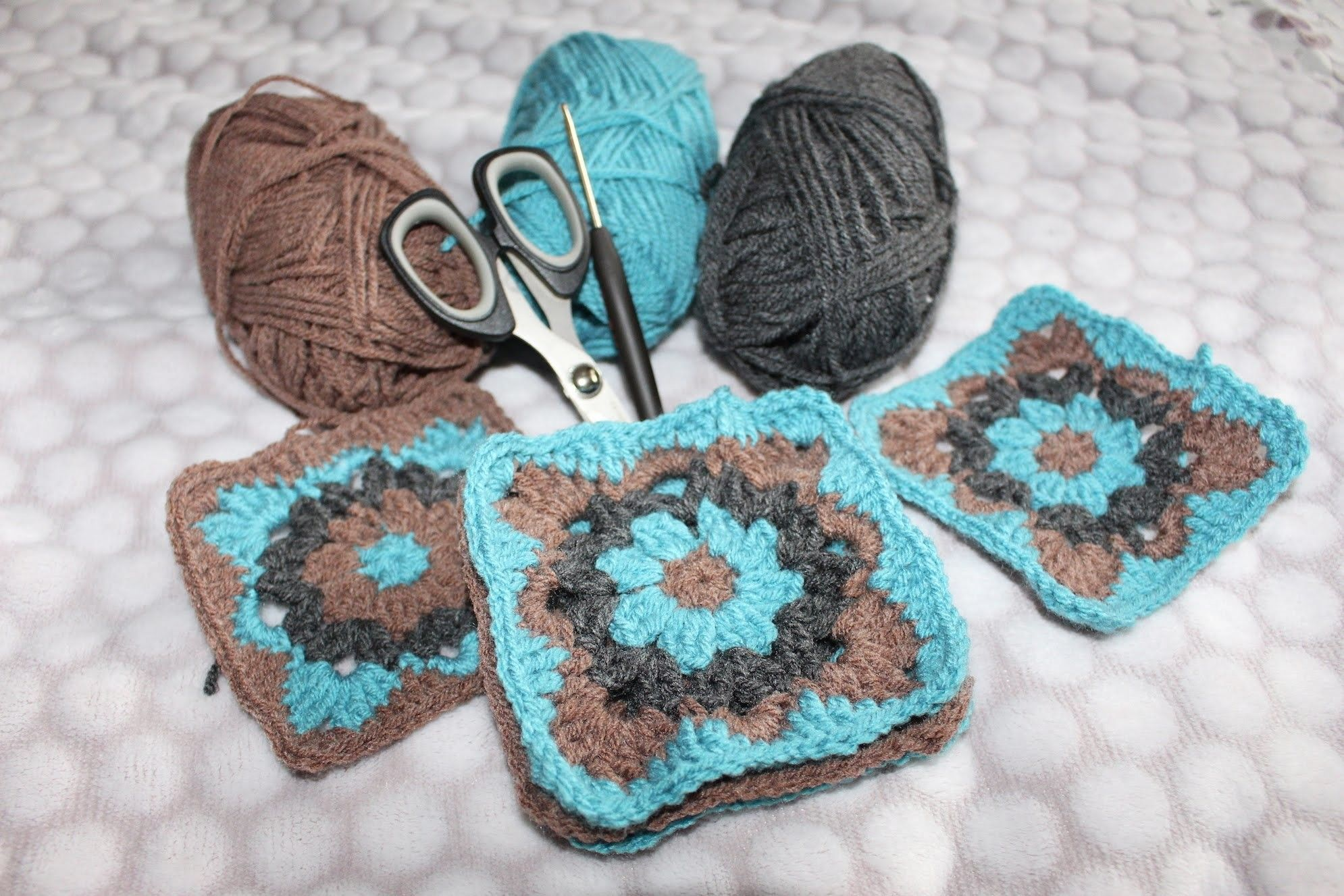 Exelent Oma Quadrat Blume Häkelmuster Frieze - Decke Stricken Muster ...