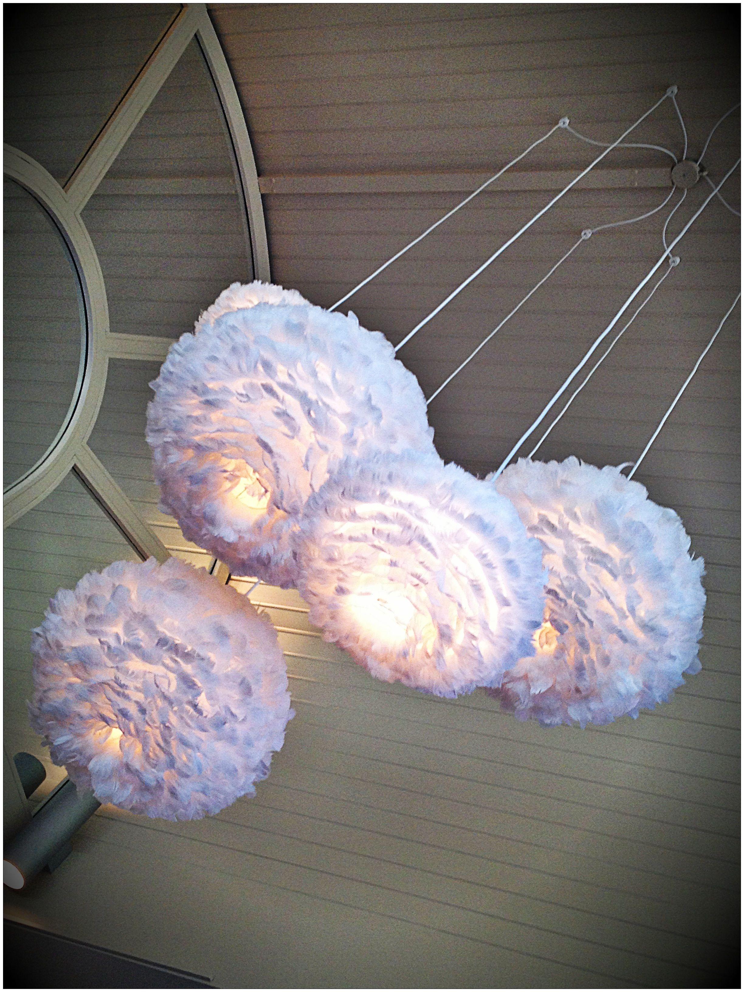 Ikealampe mit Federn beklebt. Wunderschöne Idee!