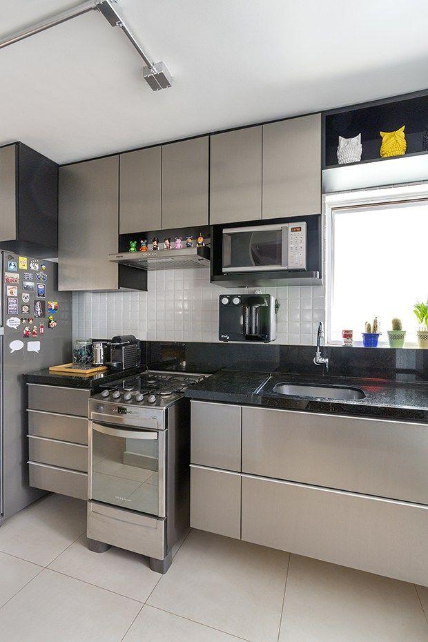 Esse apartamento de 55 m2 num antigo prédio no centro-oeste do Brasil, foi  reformulado com pontos de cor para dar mais vida aos ambientes. Confira! 17cf17b862
