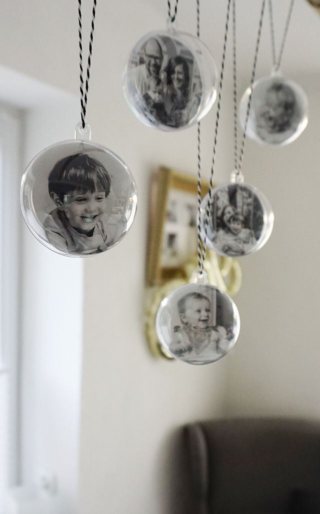 diy fotomobile aus transparenten weihnachtskugeln. Black Bedroom Furniture Sets. Home Design Ideas