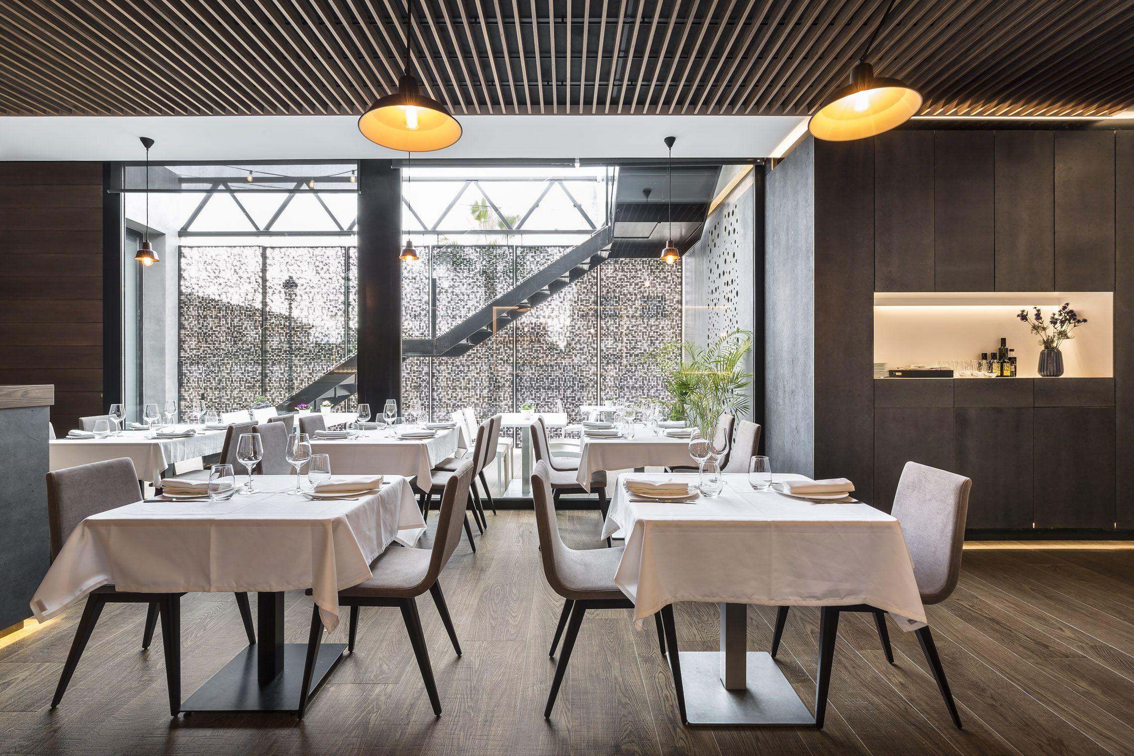 restaurante con viroc falso techo hunter douglas de madera grid y pavimento porcelanas restaurant