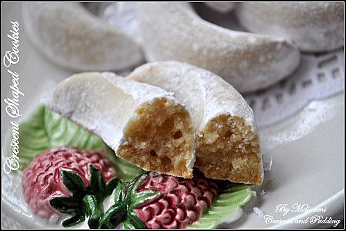 This is a very easy recipe for a very soft and melt in the mouth crescent shaped cookies with hazelnuts.