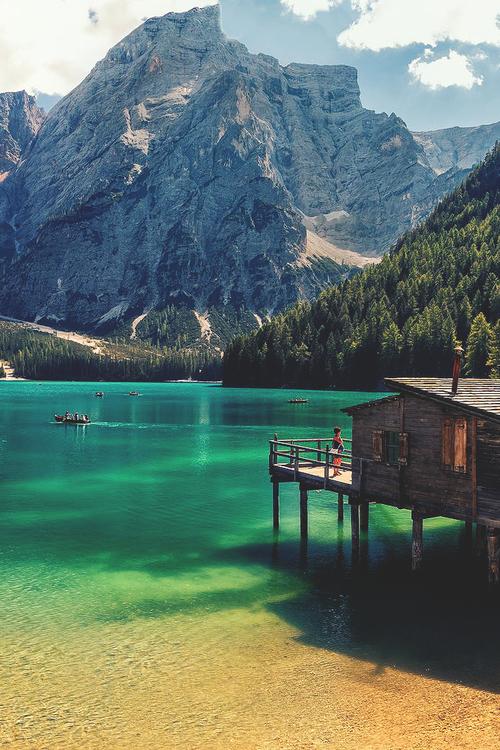 Der Pragser Wildsee südlich des Hochpustertals. Das Wasser des Bergsees leuchtet…