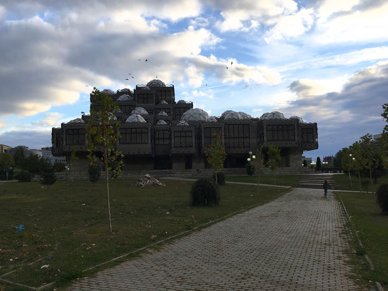 De brutalistische bieb van Pristina Gebouwen, Brutalisme