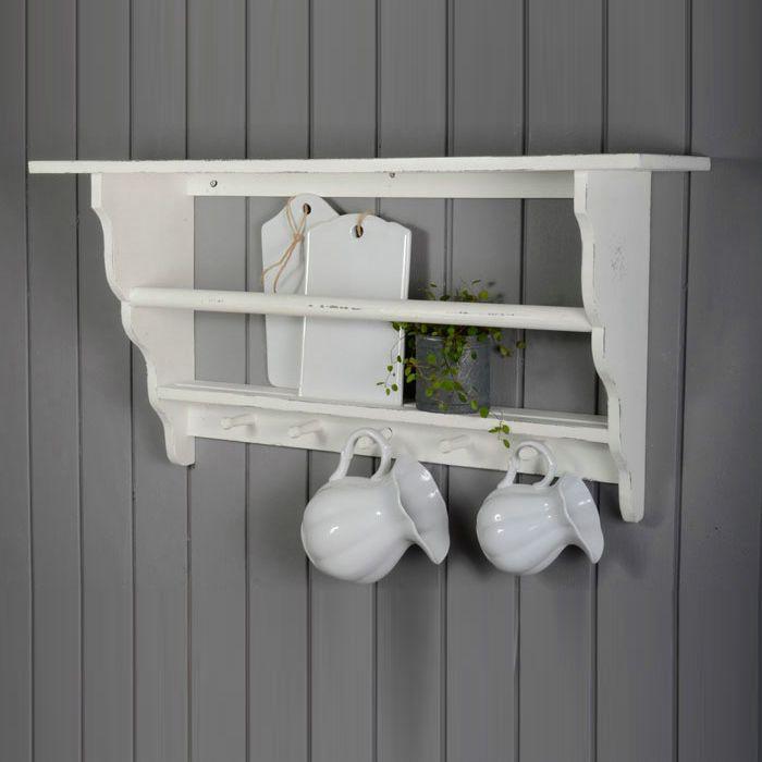 En underbar tallrikshylla med knoppar som du kan hänga dina muggar på. Nytt kök? ställ fram andra färger på tallrikar och muggar i din tallrikshylla.