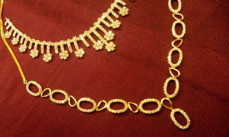 Chic Diamond necklaces in 18K gold. The season's new collection.