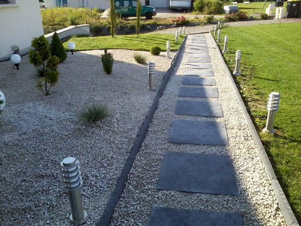 Allee Pietonniere En Dalles Ardoise 60 60 Et Gravillons Blancs Amenagement Jardin Dalle Ardoise Amenagement Cour