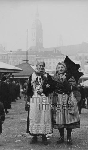Verkleidete  Marktfrauen auf dem Münchner Viktualienmarkt, 1953 Benda/Timeline Images