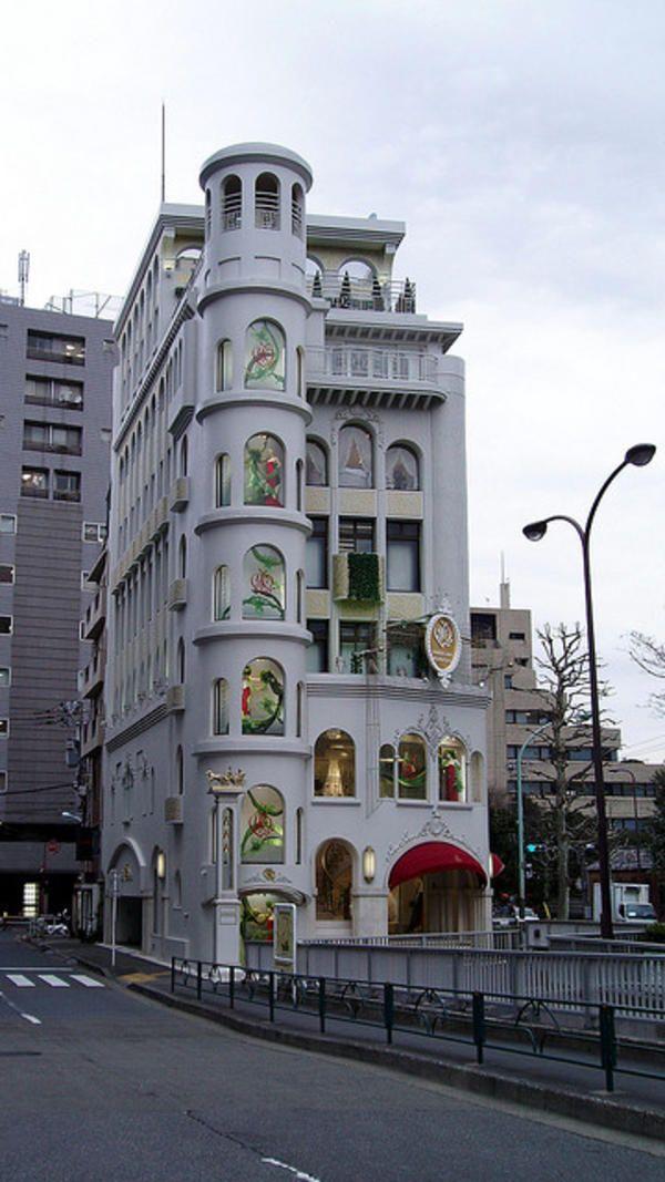 Madame Yumi Katsura's Bridal House in Aoyama, Tokyo, Japan. Located at the top of Nogizaka hill, five min. walk from Roppongi. 桂由美ブライダルハウス東京本店。東京都港区青山一丁目、乃木坂を上った所にあります。六本木から徒歩5分。