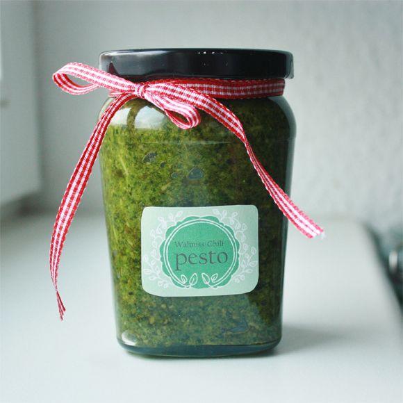 Warum nicht mal selbst gemachtes Pesto im Glas verschenken? Tolle ...