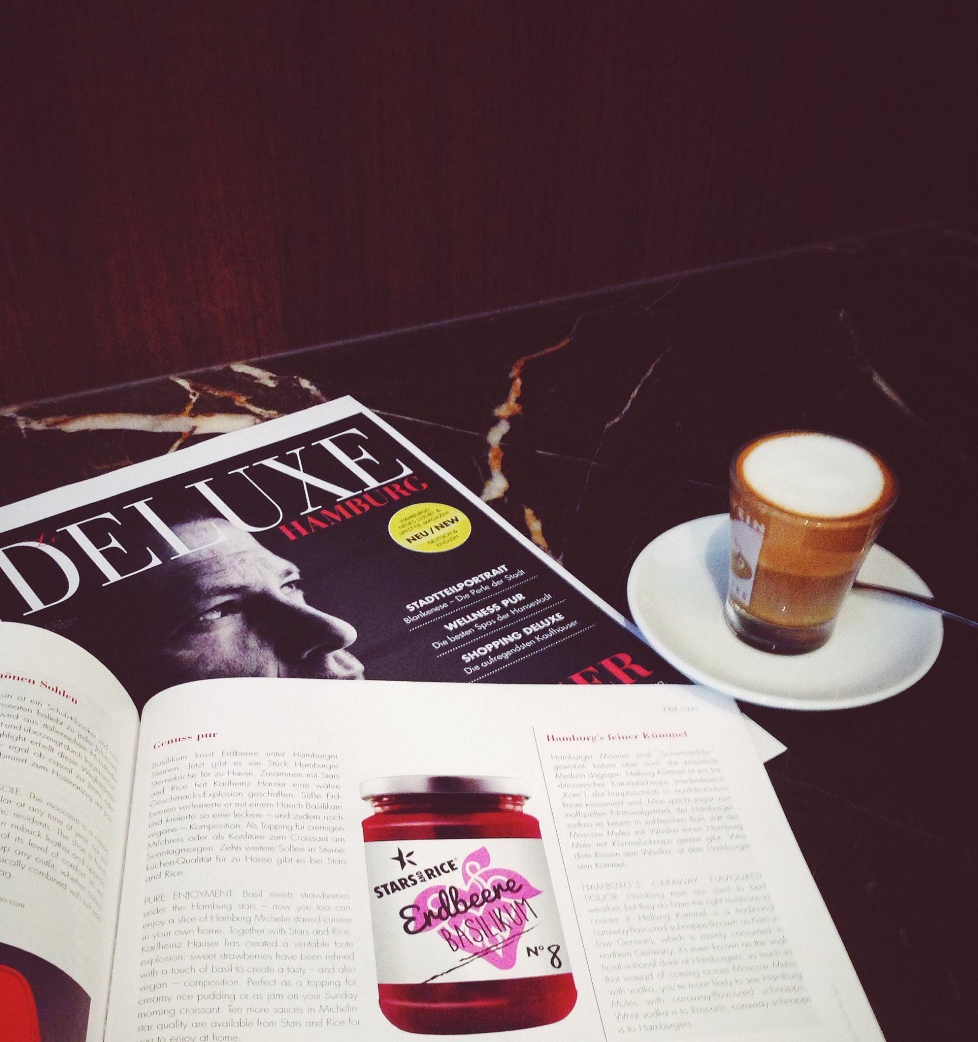 Coffee break with an issue of DELUXE Hamburg // Kurze Kaffeepause mit einer Ausgabe der DELUXE Hamburg