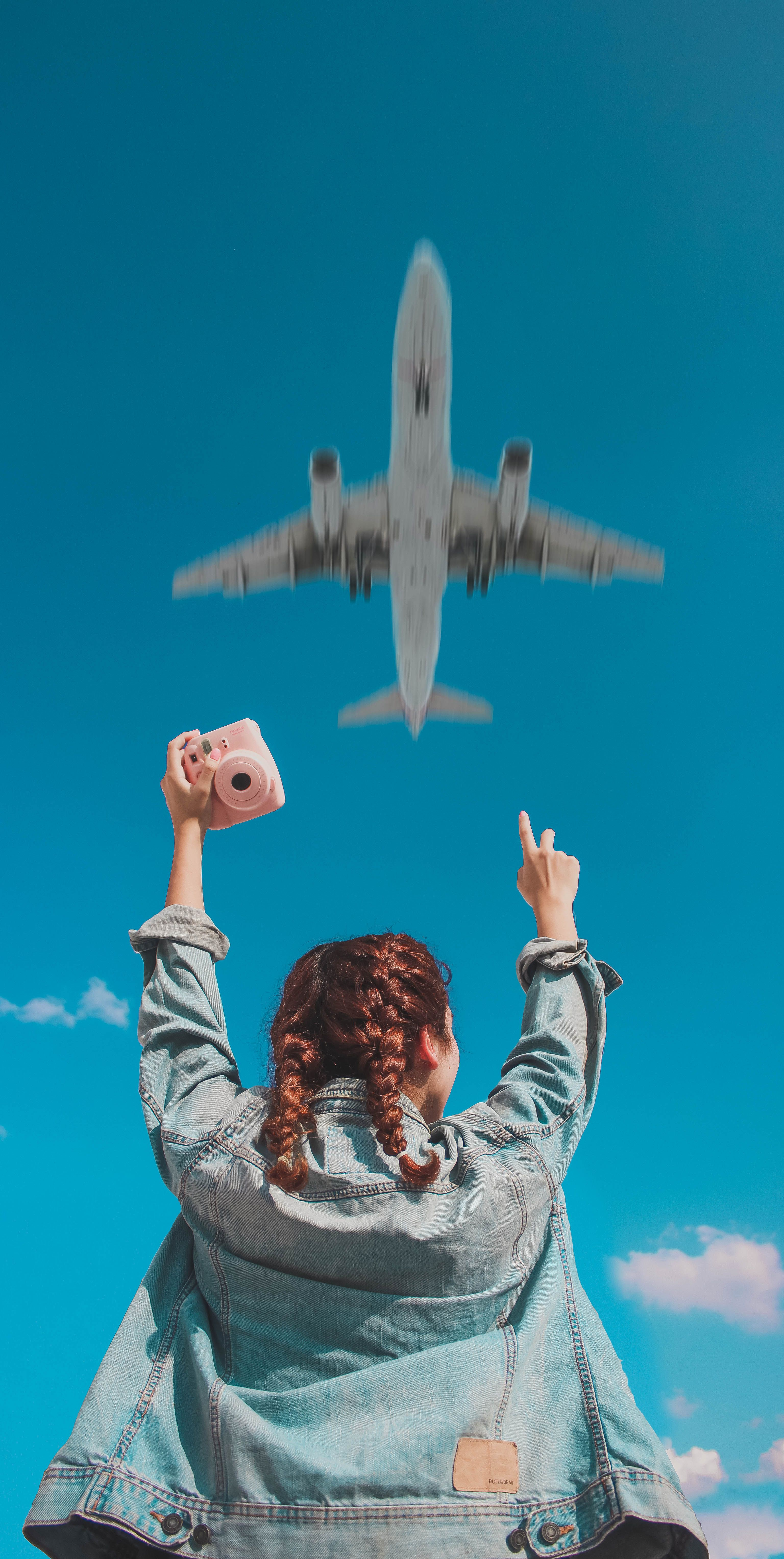 Photo Of Maaaaakyy On Instagram Image Of A Girl Looking Up To The Sky As A Plane Flies By Travel Aesthetic Adventu Tumblr Photography Artsy Pictures Photo