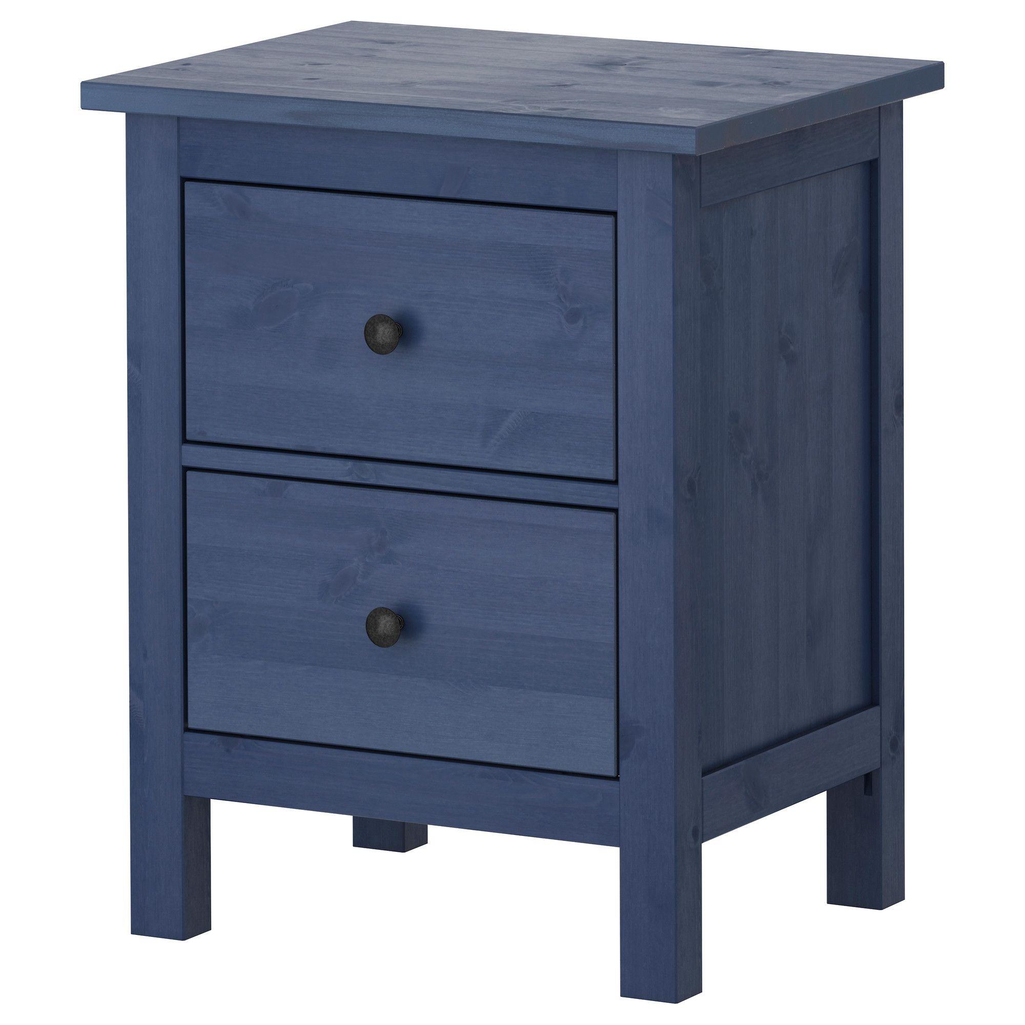 Una c moda de 2 cajones azul cerca la cama del dormitorio - Amueblar dormitorio pequeno ...