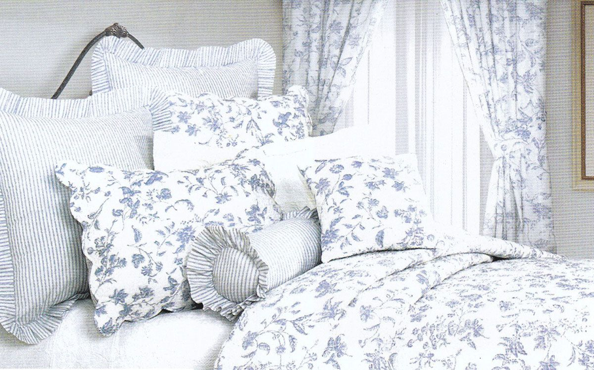 Lovely French Country Bedroom With Comfortable Toile Bedding Set And Blue And White Cotton Toile Bedspread Country Style Toile Beds Dream Dwellings Toile