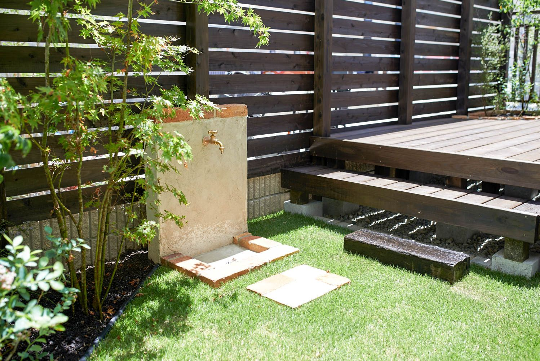 遮蔽フェンスとウッドデッキを一体化した庭 エクステリア ガーデンドア ガーデン