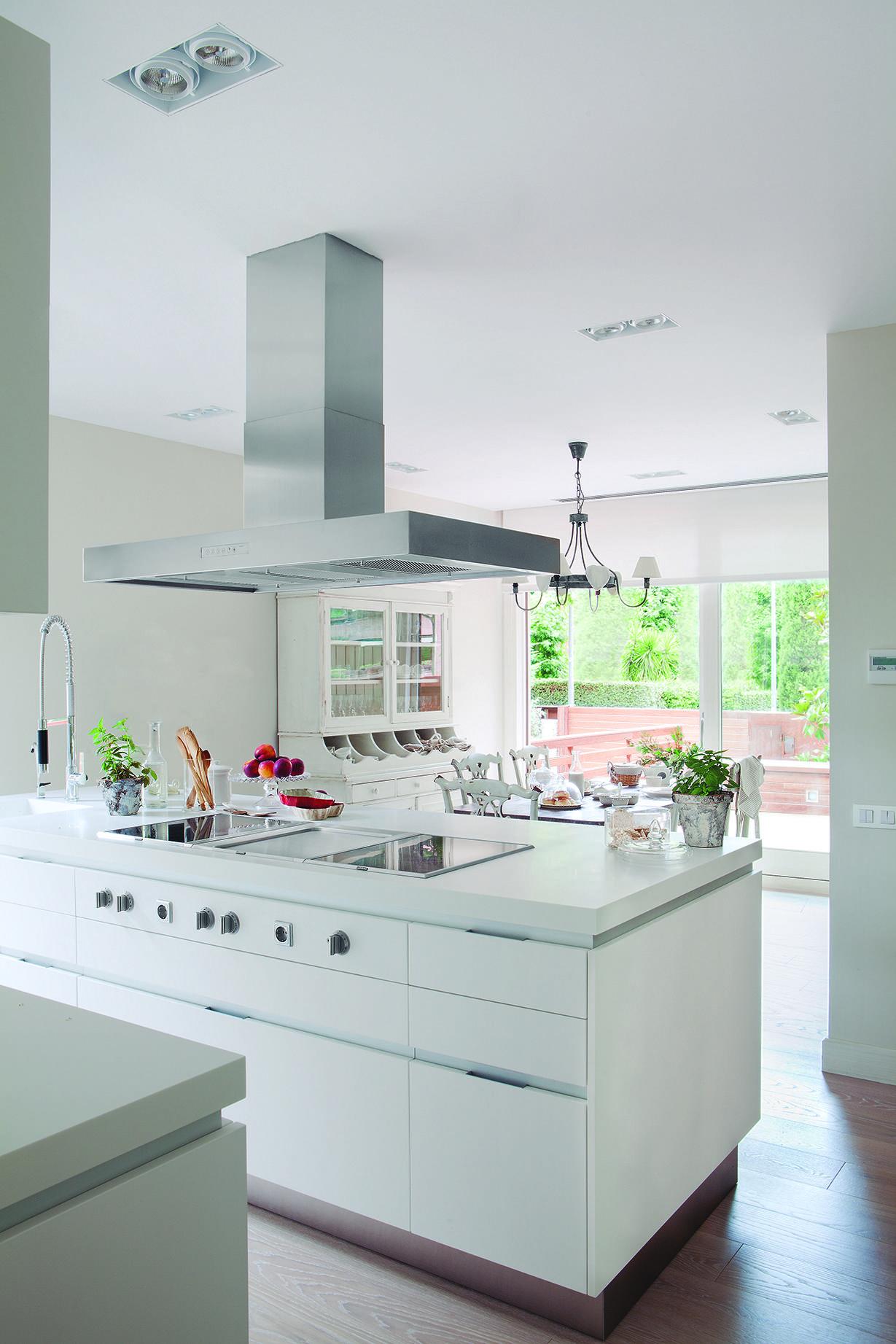Cocina blanca con península, alacena, office y salida directa a la ...